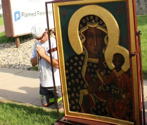 Praying with Our Lady of Czestochowa to end abortion in America. HLI was the custodian for the Black Madonna in the recently concluded U.S. pilgrimage in deefense of life.